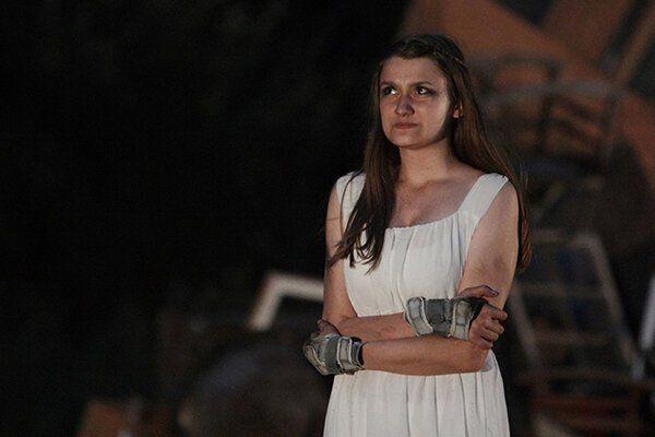 Larissa Guerini-Maraldi as Antigone.