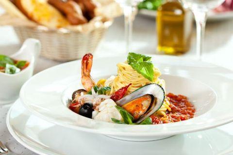 Piatto di spaghetti con sugo di frutti di mare